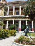 Teil des Theaters Politeama in der Mitte von Palermo mit einer Statue eines jungen Mannes Sizilien, Italien stockfoto