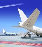 Teil des Verkehrsflugzeugs am Flughafen Lizenzfreie Stockfotos