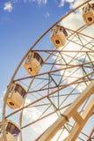 Teil des weißen Riesenrads gegen Hintergrund des blauen Himmels vertikal Lizenzfreie Stockfotografie