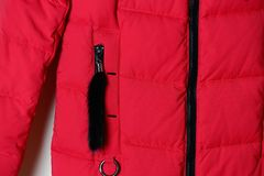 Teil einer roten Jacke für Flaum mit einem schwarzen Reißverschluss auf der Tasche Winteroberbekleidung Stockbilder