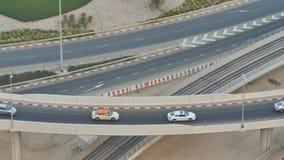 Teil einer Straßenkreuzung von einer Höhe mit Straßenverkehr in Dubai stock footage
