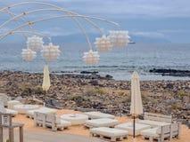 Teil einer Strandbar direkt auf dem wilden Strand auf dem Atlantik auf der Kanarischen Insel von Teneriffa stockfoto