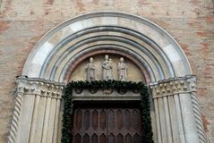 Teil einer Wand mit verzierter Tür der Kathedrale der Creme in der Provinz von Cremona in Lombardei (Italien) Stockbild