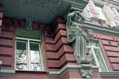 Teil eines alten Balkons mit einer Skulptur einer Frau und der Fenster auf der Wand Stockbilder