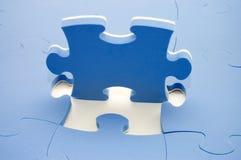 Teil eines blauen Puzzlespiels lizenzfreie stockfotos
