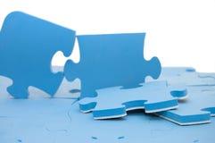Teil eines blauen Puzzlespiels stockfotografie