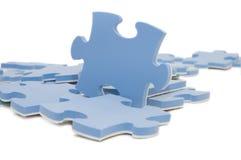 Teil eines blauen Puzzlespiels stockbilder