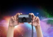 Teil eines Fotografen, der Fotos in farbigen Lichtern macht Lizenzfreie Stockfotografie