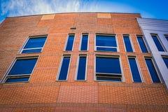 Teil eines Gebäudes des roten Backsteins mit blauem Himmel Lizenzfreies Stockfoto