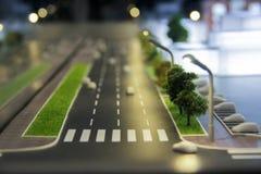 Teil eines Plans der Stadtstraßen, Straßen mit Autos, Gebäude, Abendbeleuchtung Stadtarchitekturmodell, maquette Lizenzfreies Stockbild