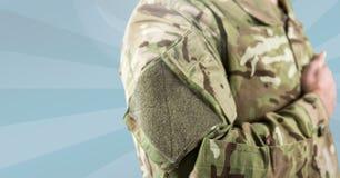 Teil eines Soldaten mit seiner Hand auf seinem Herzen Stockbild