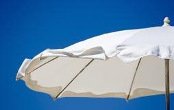 Teil eines weißen Strandregenschirmes Stockfotos