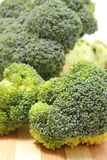 Teil frischer grüner Brokkoli auf hölzernem Schneidebrett Lizenzfreie Stockbilder