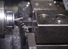 Teil geschnitten durch CNC-Drehbankmaschine Stockbild
