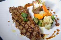 Teil halb gares Steak des zarten Lendenstücks Stockfotografie