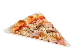 Teil köstliche klassische italienische Pizza mit Käse und Speck lizenzfreie stockfotografie