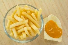 Teil Pommes-Frites (gebratene Kartoffeln) in der Schüssel Lizenzfreie Stockbilder