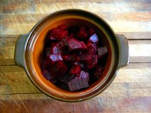 Teil Salat von gekochter roter Rübe in einem Tongefäß auf einem hölzernen Brett Lizenzfreie Stockfotos
