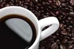 Teil Tasse Kaffee und Kaffeebohnen Lizenzfreie Stockfotografie