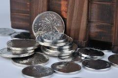 Teil und Münzen des hölzernen Kastens Stockfotos