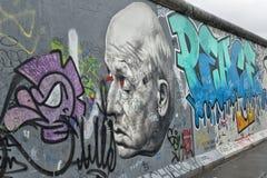 Teil von Berlin Wall mit Graffiti Lizenzfreie Stockbilder