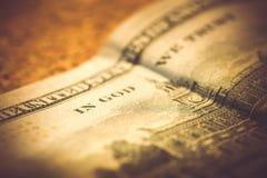 Teil von 100 Dollar auf hölzernem Hintergrund, Makroschuß Lizenzfreie Stockfotos