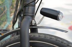 Teil von Fahrrad ` s Rad mit einer Nachtfackel Lizenzfreie Stockfotos