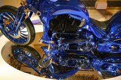 Teil von Harley Davidson Blue Edition mit Vorderrad, zylinder Blöcken, Behälter, Sitzblau und Goldstellung auf Spiegel stockfotografie