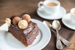 Teil von Sacher-Torte mit zwei Tasse Kaffees Stockfotografie