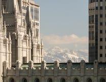 Teil von Salt Lake-Tempel mit Bergen Lizenzfreie Stockfotos