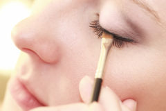 Teil weibliches Augenmake-up des Gesichtes, das mit Bürste zutrifft Lizenzfreie Stockfotografie