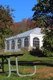 Teil-Zelt mit Picknicktisch Stockbild