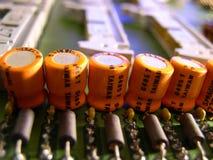 Teile auf einer Elektronikflachbaugruppe Stockfoto