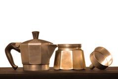 Teile einer Kaffeemaschine gegen weißen Hintergrund Lizenzfreie Stockfotografie