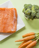 Teile frisches Lachsfilet und Gemüse Lizenzfreie Stockfotografie