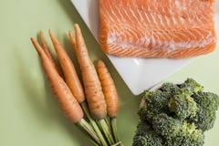 Teile frisches Lachsfilet und Gemüse Stockbilder