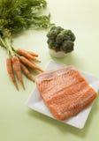 Teile frisches Lachsfilet und Gemüse Lizenzfreies Stockbild