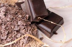 Teile Handwerkerschokolade und Klumpen schließen herauf Draufsicht Stockfotografie