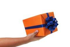Teilen Sie das große eingewickelte Geschenk aus Stockbild