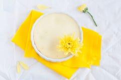 Teilen Sie den Käsekuchen ein, der mit gelber Blume, Draufsicht verziert wird stockfotos
