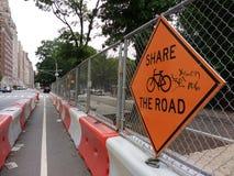 Teilen Sie die Straße und in New York City radfahren, Bau im Radweg, fahren Sie mit Vorsicht, NYC, USA fort Stockfoto