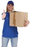 Teilen Sie die Zustelldienst-Kastenpaketfrau ein, die Jobdaumen liefert Lizenzfreie Stockbilder