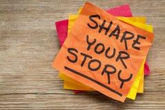Teilen Sie Ihre Geschichte auf klebriger Anmerkung Lizenzfreie Stockfotos