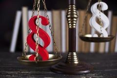 Teilen Sie Zeichen, Holzhammer, Gesetz, Gesetzbuch des Gerechtigkeitskonzeptes in Paragraphen ein Stockbild