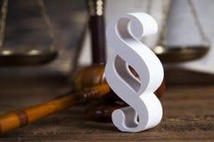 Teilen Sie Zeichen, Holzhammer, Gesetz, Gesetzbuch des Gerechtigkeitskonzeptes in Paragraphen ein Stockfotografie