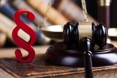 Teilen Sie Zeichen, Holzhammer, Gesetz, Gesetzbuch des Gerechtigkeitskonzeptes in Paragraphen ein Stockfotos