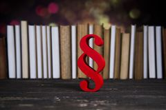 Teilen Sie Zeichen, Holzhammer, Gesetz, Gesetzbuch des Gerechtigkeitskonzeptes in Paragraphen ein Stockfoto