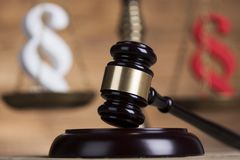 Teilen Sie Zeichen, Holzhammer, Gesetz, Gesetzbuch des Gerechtigkeitskonzeptes in Paragraphen ein Lizenzfreie Stockfotografie