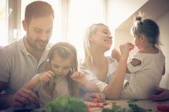Teilen von Verantwortung in der Küche Stockfotos