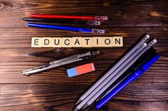 Teiler, Bleistifte und Radiergummi auf Holztisch Bildung inscripti Lizenzfreie Stockfotografie